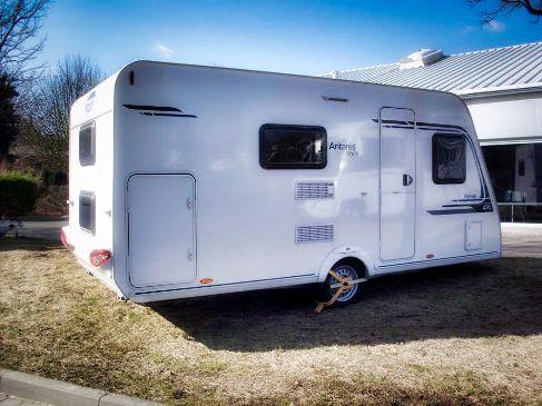 Wohnwagen Etagenbett Seitlich : Familienwohnwagen mit etagenbetten und festbett für bis zu 6