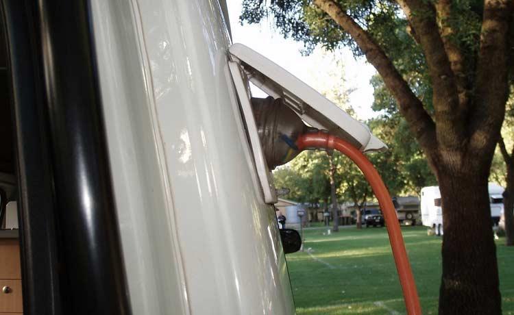 Caravan mit Stromkabel
