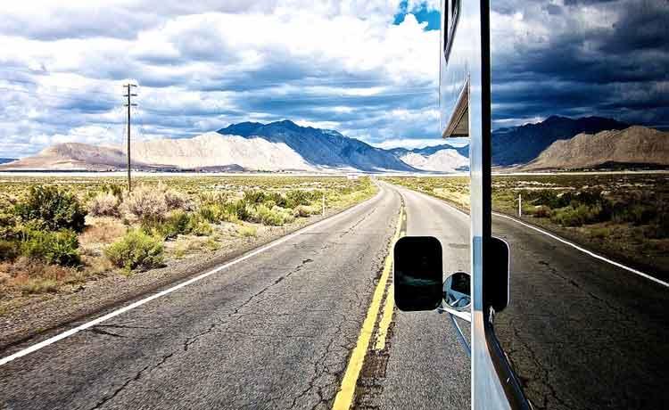 wohnmobil-aus-fensterperspektive-mit-rückspiegel-auf-der-strasse