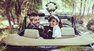 Hochzeitsauto mit Paar