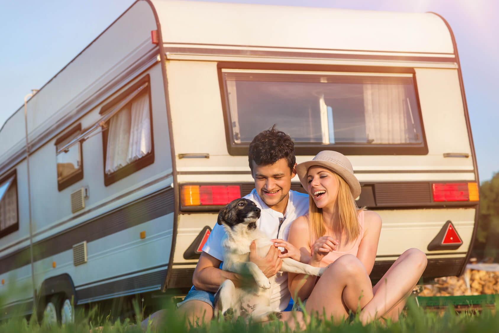 Junges Paar auf Wohnwagen Reise mit Hund