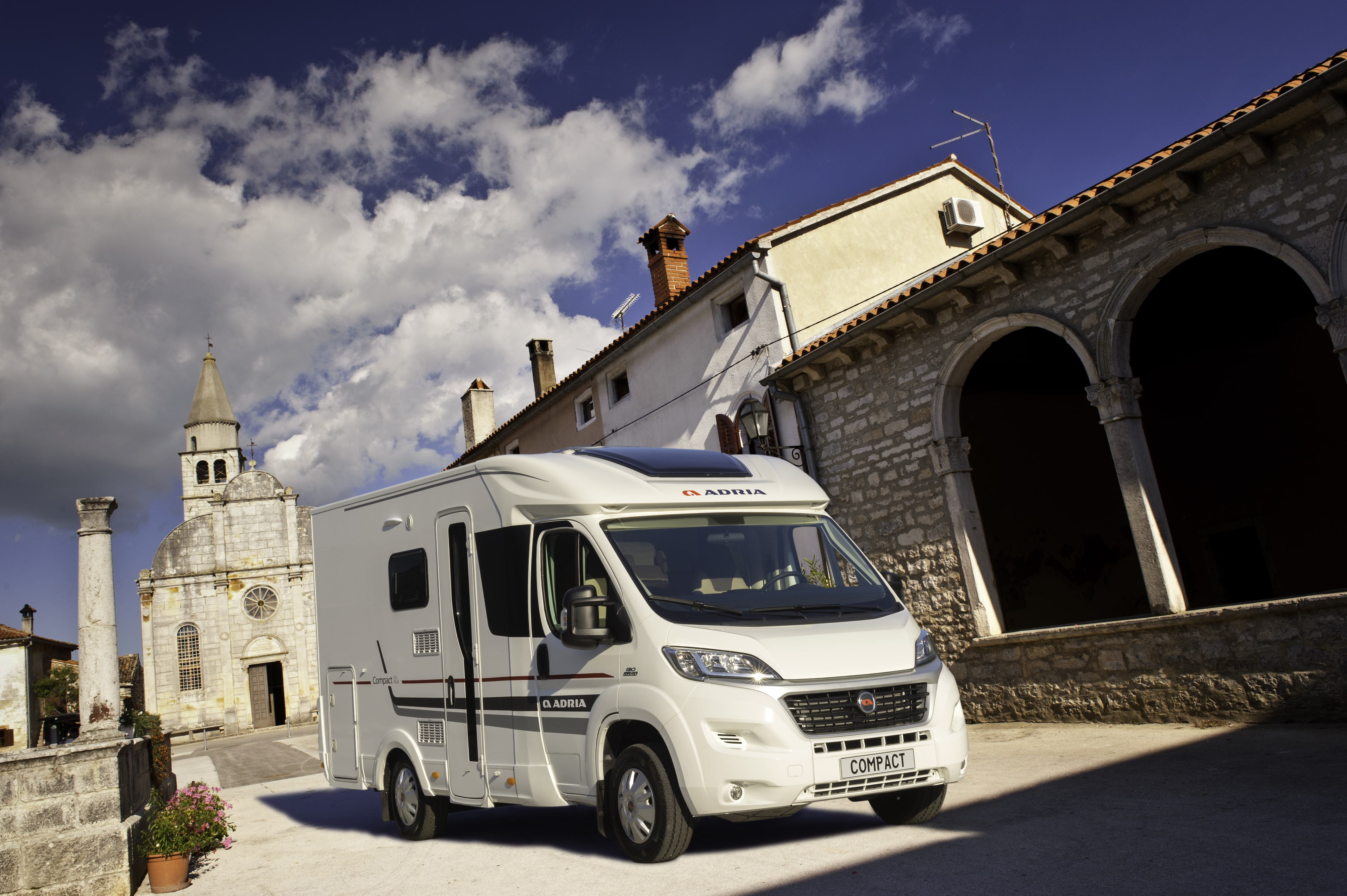 Der adria compact ideal f r st dtetrips for Wohnmobil aussendesign