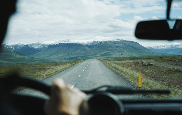 wohnmobil-roadtrip-führerhaus-ausblick-auf-gebirgskette-am-horizont