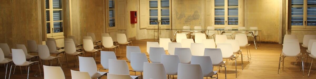 Konferenzsaal mit weißer Bestuhlung