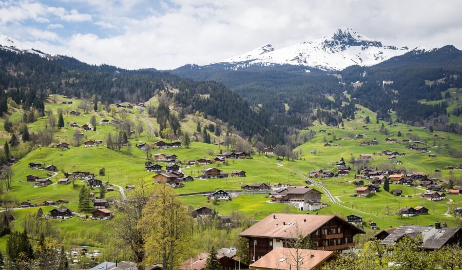 Schweizer Bergdorf vor Alpenkulisse