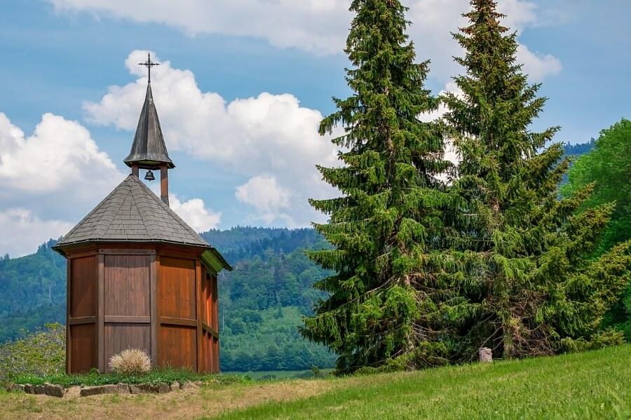 Kleine Kapelle aus Holz im Schwarzwald