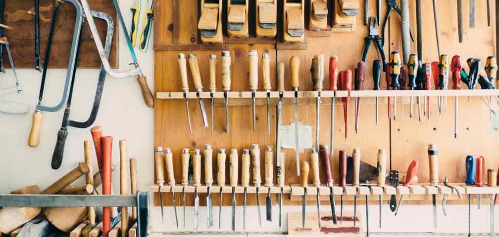 Werkstattwand mit Holzwerkzeugen
