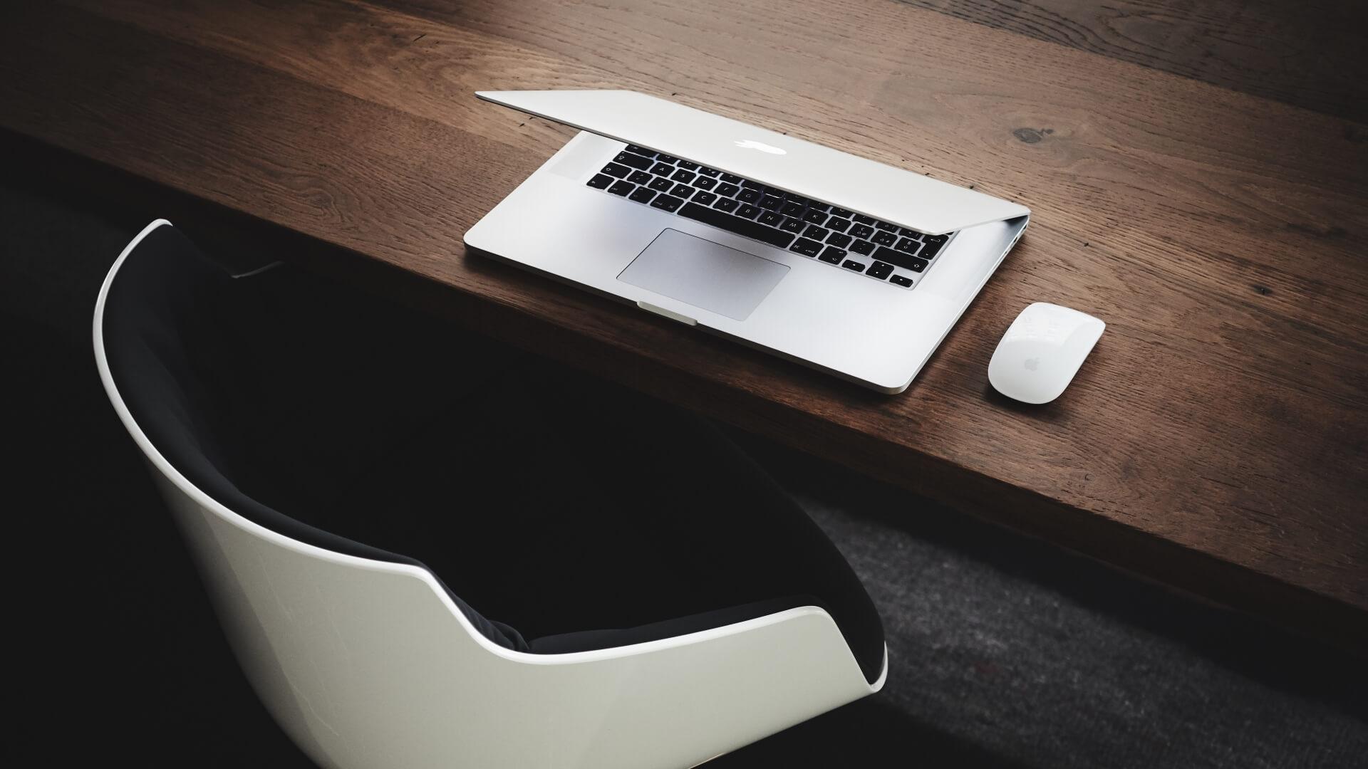 Notebook auf Holztisch