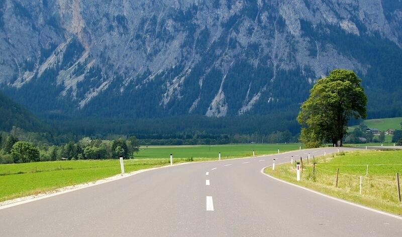 Straße mit Bergen in Österreich