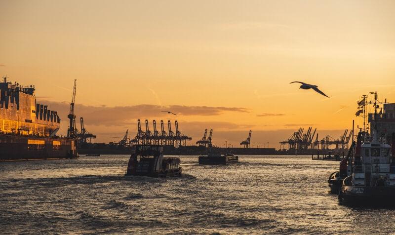 Sonnenuntergang über der Elbe im Hamburger Hafen