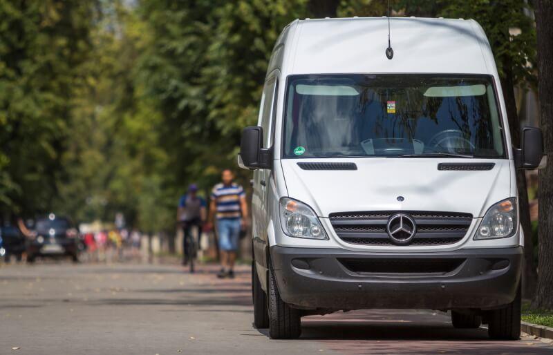 Mercedes Transporter parkt am Straßenrand